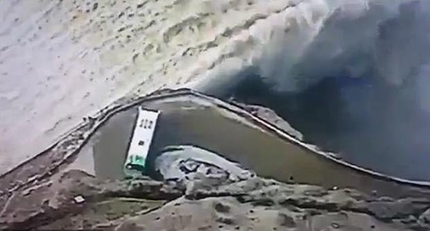 ภาพน่ากลัว!รถบัสเกือบหลุดโค้งตกเขื่อนในโคลอมเบีย(ชมวิดีโอ)