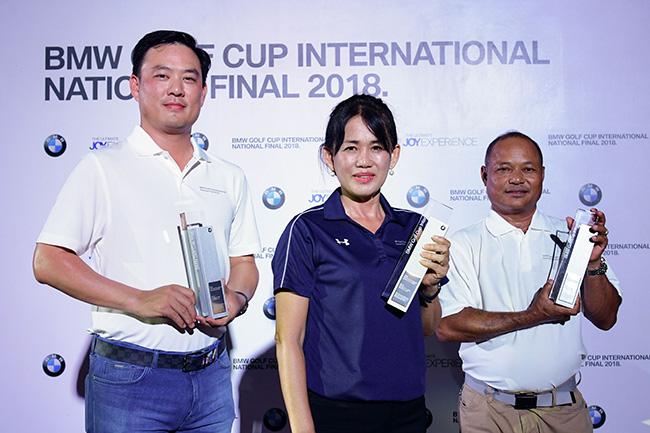 ตัวแทนทีมประเทศไทยทั้งสามท่าน คุณปภพ ตัณศิริชัยยา (ซ้าย) คุณประหยัด สมปาง (ขวา) คุณพรสวรรค์ ชาญศึก (กลาง) เตรียมชิงแชมป์โลก ณ ประเทศเม็กซิโก