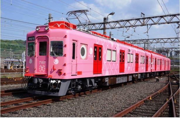 """""""ซาชิ"""" ขบวนรถไฟสีชมพูเป็น"""