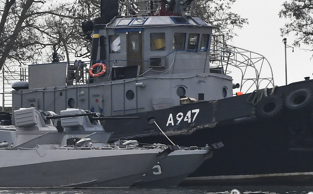 """<i></noscript>เรือ 3 ลำของกองทัพเรือยูเครน ซึ่งถูกฝ่ายรัสเซียยึดเอาไว้จากเหตุการณ์ที่ช่องแคบเคิร์ช ถูกนำมาจอดอยู่ที่ท่าเรือเมืองเคิร์ช แหลมไครเมีย </i>"""" data-width=""""1024″ data-height=""""634″></p> <p><span style="""