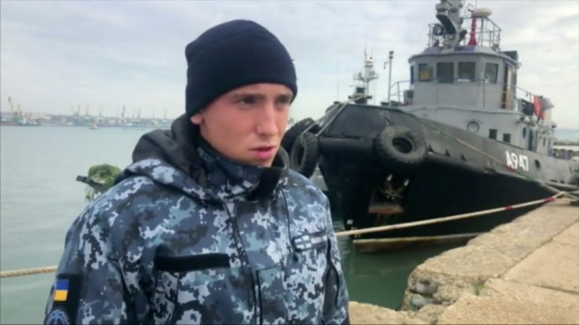 หนึ่งในลูกเรือยูเครนที่ถูกจับกุมออกมาเล่าเหตุการณ์ซึ่งนำมาสู่การเผชิญหน้ากับกองกำลังป้องกันชายแดนรัสเซียภายในช่องแคบเคิร์ช ภาพนิ่งจากคลิปวิดีโอที่เผยแพร่โดยสำนักงานความมั่นคงกลางของรัสเซีย (Russian Federal Security Service) เมื่อวันที่ 27 พ.ย.