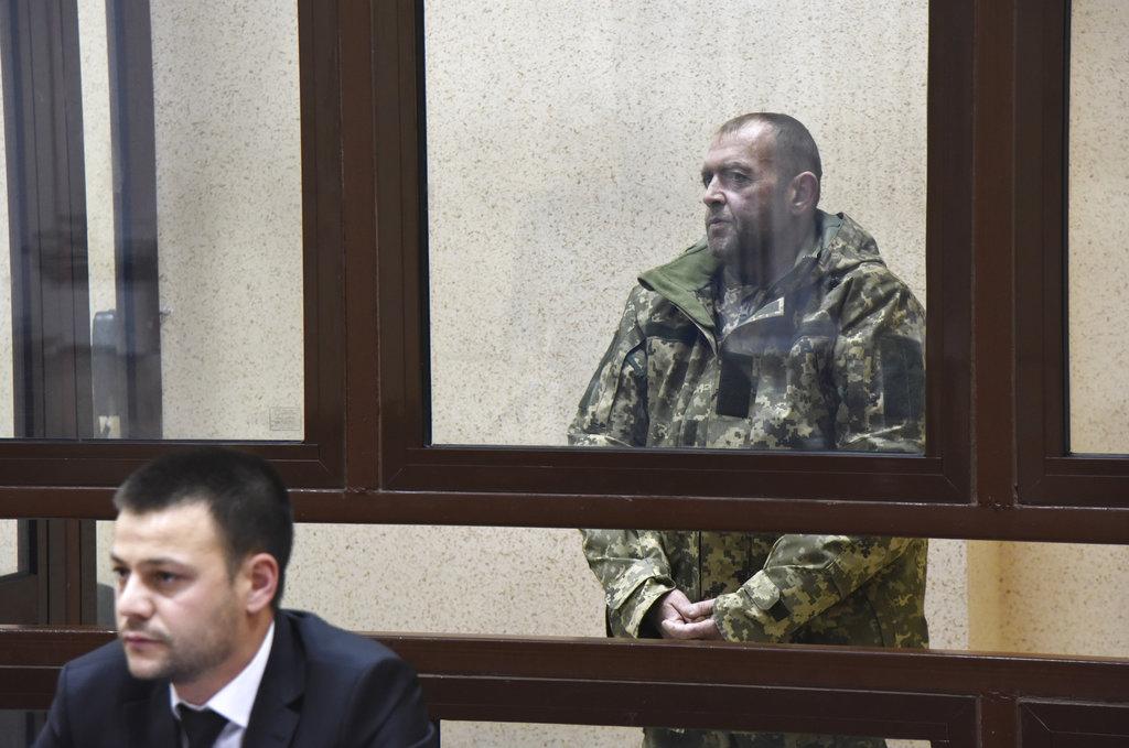 <i>ทหารเรือยูเครนคนหนึ่งซึ่งถูกรัสเซียจับกุมตัวพร้อมเรือ 3 ลำของกองทัพเรือยูเครน ให้การที่ศาลรัสเซียแห่งหนึ่งในเมืองซิมเฟโรปัล ของแหลมไครเมีย เมื่อวันอังคาร (27 พ.ย.) ทั้งนี้ศาลได้สั่งควบคุมตัวทหารเรือผู้นี้พร้อมคนอื่นๆ เอาไว้เป็นเวลา 2 เดือน ระหว่างการพิจารณาคดี </i>