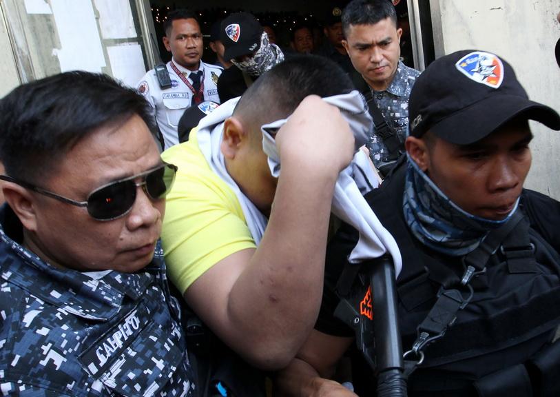 หนึ่งในสามนายตำรวจกลุ่มแรกซึ่งถูกดำเนินคดีจากการปฏิบัติหน้าที่ในสงครามกวาดล้างยาเสพติดของประธานาธิบดี โรดริโก ดูเตอร์เต เดินคลุมหน้าออกมาจากศาล หลังถูกพิพากษาจำคุกกรณีการวิสามัญฆาตกรรมเด็กวัยรุ่นมัธยมอายุ 17 ปี วันนี้ (29 พ.ย.)