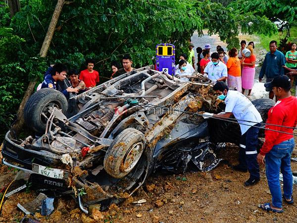 กู้ภัยเร่งช่วยคนขับกระบะติดคาซากสาหัส หลังถูกรถบรรทุกพ่วงชนอย่างจังที่พัทลุง