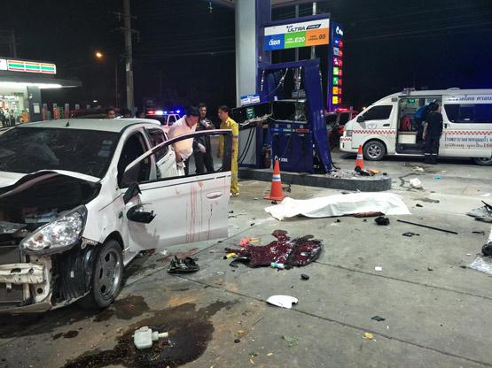 รถเก๋งเสียหลักพุ่งชนหัวจ่ายปั๊มน้ำมันย่านลาดหลุมแก้ว ตาย 1 เจ็บ 2
