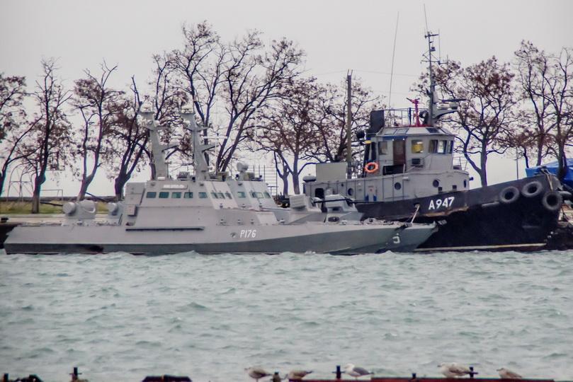 เรือลากจูง 1 ลำและเรือปืนอีก 2 ลำของกองทัพยูเครนถูกนำไปจอดไว้ที่ท่าเรือแห่งหนึ่งในช่องแคบเคิร์ช