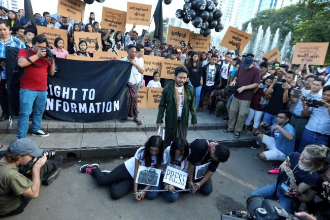 """นักเคลื่อนไหวหนุ่มสาวพม่าส่งเสียงผิดหวังเริ่มหันหลังให้ """"ซูจี"""""""