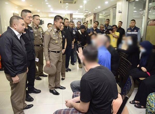 """""""บิ๊กโจ๊ก"""" นำ ตำรวจจับชาวต่างชาติอยู่เกินวีซ่า ในโรงแรมย่านคลองจั่น"""