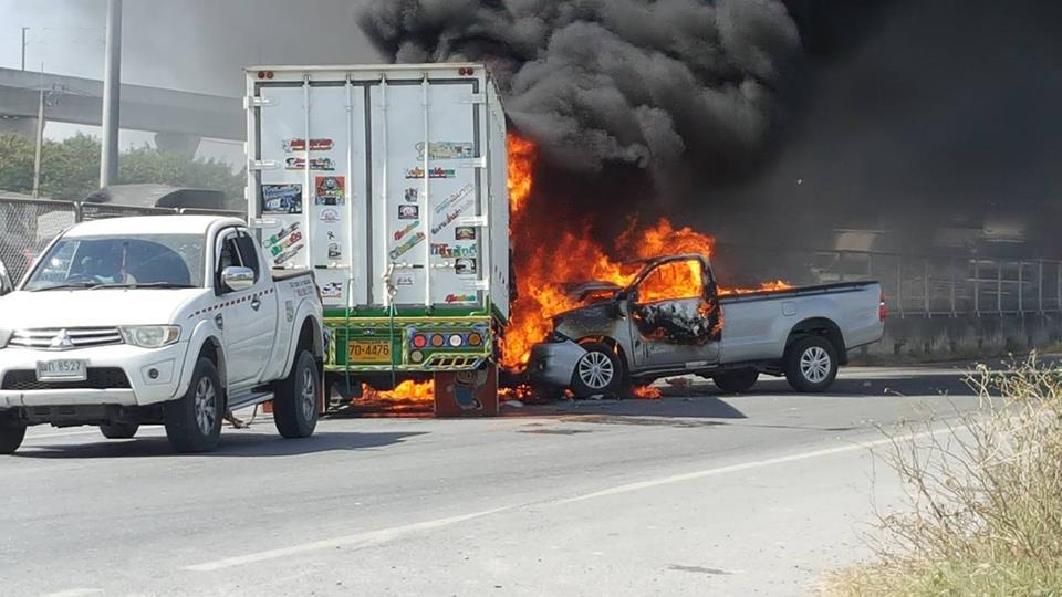 อุบัติเหตุ! รถชนทำเพลิงลุกไหม้รถ ซ.พัฒนาชนบท3