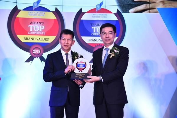 """นายระเฑียร  ศรีมงคล ประธานเจ้าหน้าที่บริหาร """"เคทีซี"""" หรือ บริษัท บัตรกรุงไทย จำกัด (มหาชน) รับรางวัล ในหมวดธุรกิจการเงิน ด้วยมูลค่าแบรนด์องค์กร 18,815 ล้านบาท"""