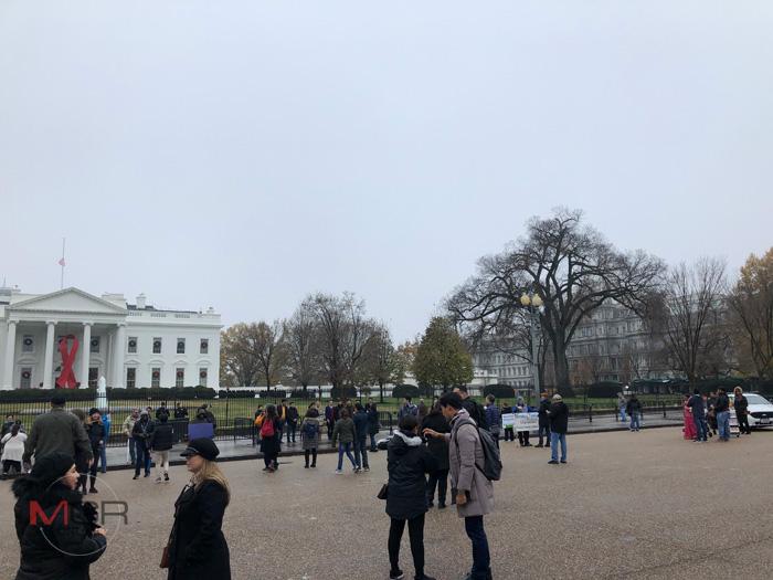 (ขวา) อาคารสำนักงานบริหารไอเซนฮาวร์ (Eisenhower Executive Office Building) หรือในชื่อเล่นคือ ก้อนเค้กงานแต่งสีเทา (Grey Wedding Cake)