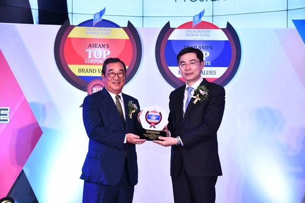 นายเซีย เชน เยน ประธานบริหาร บริษัท เดลต้า อีเลคโทรนิคส์ (ประเทศไทย) จำกัด (มหาชน) รับรางวัลเป็นปีที่ 4 ติดต่อกัน ในหมวดธุรกิจชิ้นส่วนอิเล็กทรอนิกส์ ด้วยมูลค่าแบรนด์องค์กร 58,378 ล้านบาท