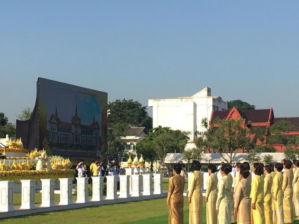 นายกฯ วางพานพุ่มน้อมรำลึกพ่อของแผ่นดิน ขอคนไทยไม่ลืมพระมหากรุณาธิคุณ
