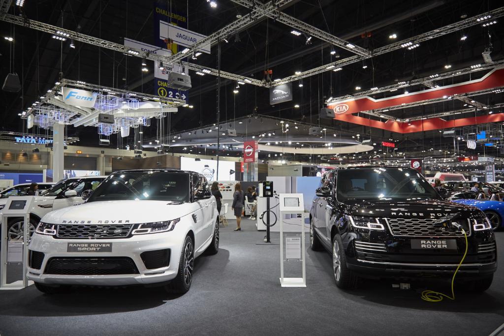Land Rover Range Rover Sport (ซ้าย) และ Range Rover (ขวา) เป็นรถแบบ ปลั้กอิน-ไฮบริดทั้งคู่
