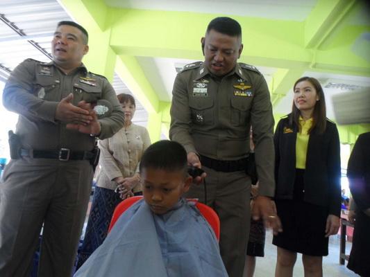 ตำรวจและเจ้าหน้าที่ฝีมือแรงงานมุกดาหาร ร่วมทำโครงการจิตอาสาตัดผมฟรี ทำดีเพื่อพ่อ