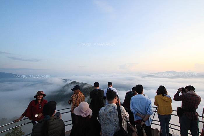 นักท่องเที่ยวเดินทางมาชมทะเลหมอก