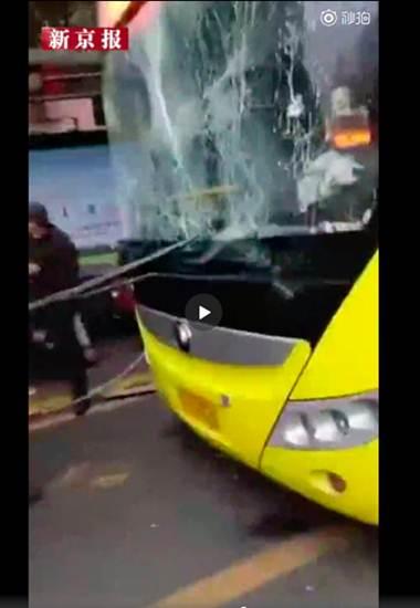 สภาพรถเมล์ที่ถูกระเบิด (ภาพสื่อจีน เวยปั๋ว ซินจิงเป้า)