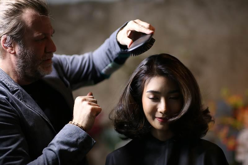 มร.ฟรานเชสโก้ มาเรีย เฟอร์รี่ กำลังสาธิตการทำสีผมและไฮไลท์ให้คุณไอซ์ อธิชนันท์