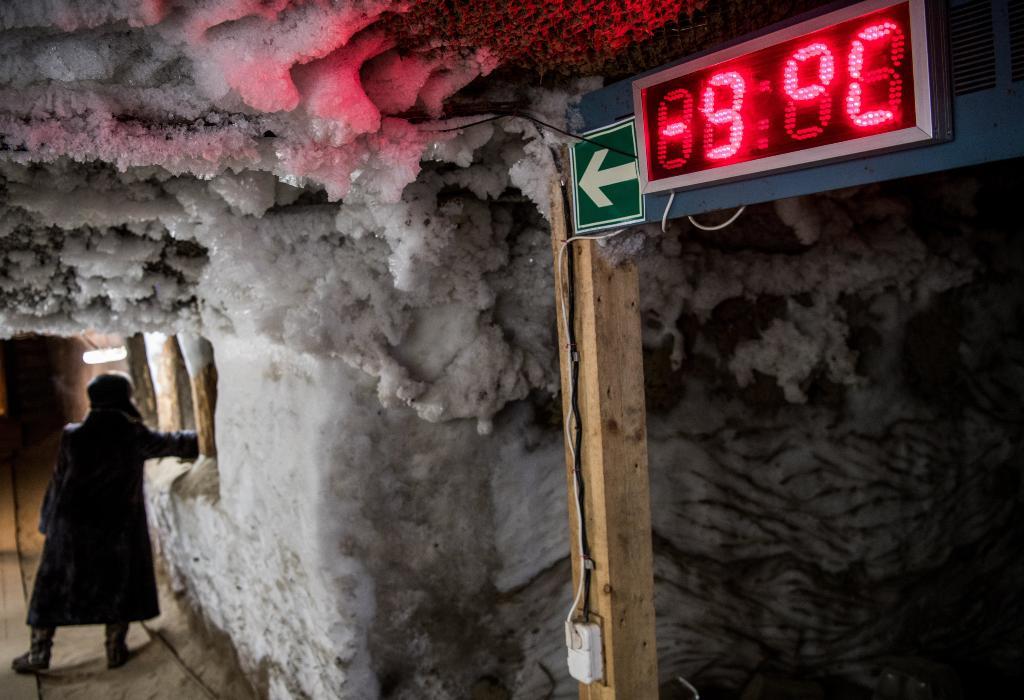 มิเตอร์ไฟฟ้าแสดงอุณหภูมิใน โถงทางเดินของพิพิธภัณฑ์การศึกษาชั้นดินเยือกแข็งคงตัว (Museum of the History of Permafrost Studies) ซึ่งอยู่ใต้อาคารของสถาบันวิจัยชั้นดินเยือกแข็งเมลนิกอฟ (Melnikov Permafrost Institute) ทางไซบีเรียตะวันออกของเมืองยาคุตสค์ (Yakutsk) ในรัสเซีย (Mladen ANTONOV / AFP)