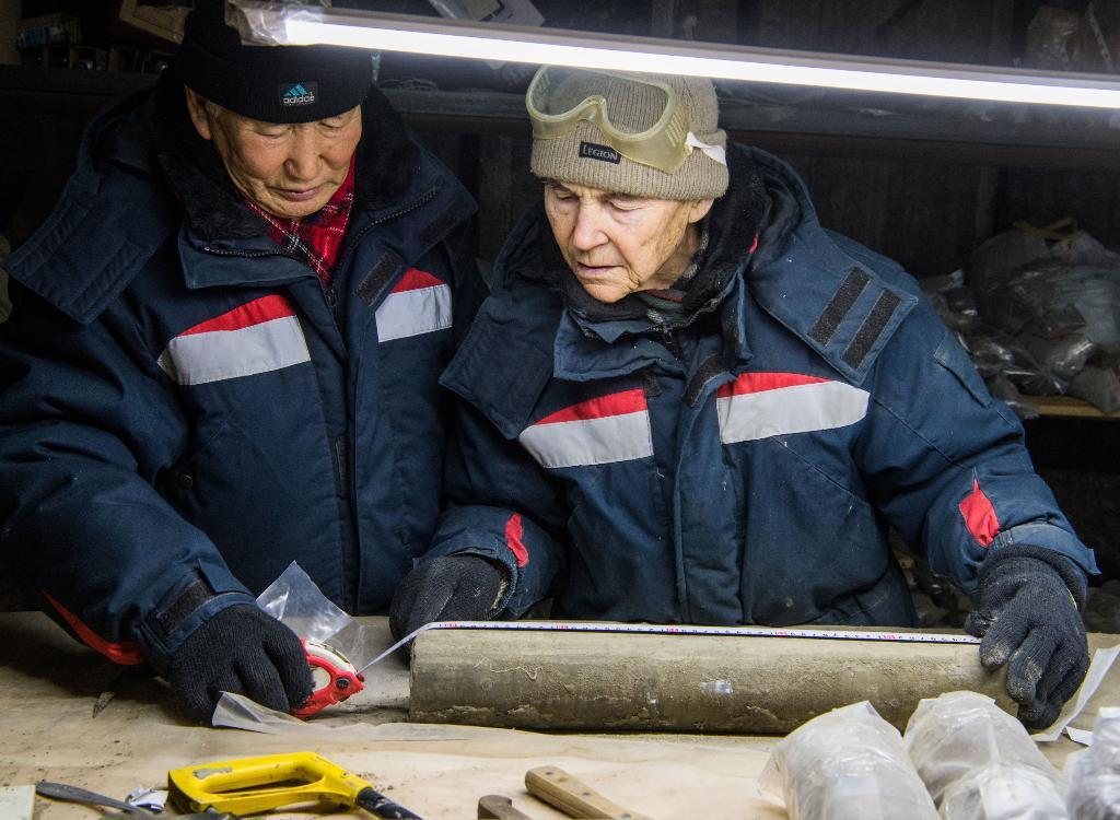 นักวิทยาศาสตร์ศึกษาตัวอย่างชั้นดินเยือกแข็งที่เก็บไว้ที่ พิพิธภัณฑ์การศึกษาชั้นดินเยือกแข็งคงตัว (Museum of the History of Permafrost Studies) ซึ่งอยู่ใต้อาคารของสถาบันวิจัยชั้นดินเยือกแข็งเมลนิกอฟ (Melnikov Permafrost Institute) ทางไซบีเรียตะวันออกของเมืองยาคุตสค์ (Yakutsk) ในรัสเซีย (Mladen ANTONOV / AFP)
