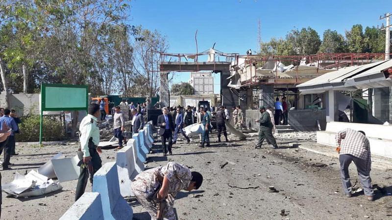 สภาพความเสียหายหลังเกิดเหตุระเบิดรถยนต์ฆ่าตัวตายที่ด้านนอกสำนักงานตำรวจในเมืองชาบาฮาร์ของอิหร่าน วันนี้ (6 ธ.ค.)