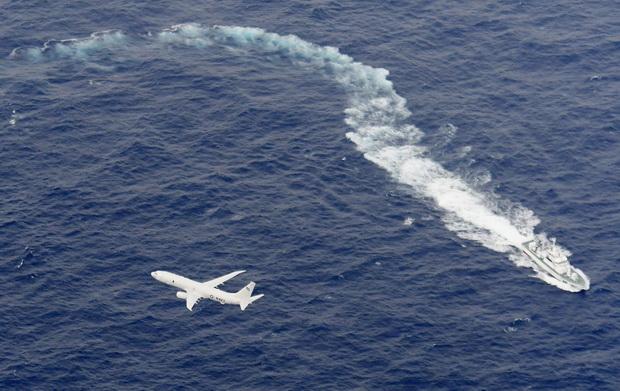 เรือของยามชายฝั่งญี่ปุ่นกำลังค้นหาในบริเวณที่เชื่อว่าเป็นจุดที่เครื่องบินของกองทัพอเมริกา 2 ลำ เกิดอุบัติเหตุอย่างไม่คาดฝันระหว่างปฏิบัติการเติมน้ำมันนอกชายฝั่งญี่ปุ่น