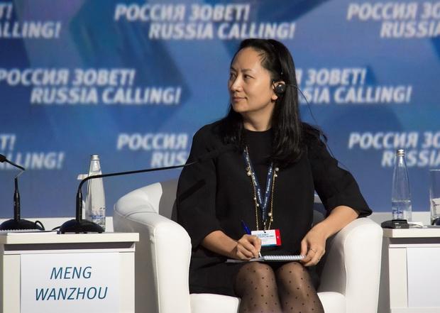 """เมิ่ง หว่านโจว ประธานเจ้าหน้าที่ฝ่ายการเงิน (ซีเอฟโอ) ของหัวเว่ยและลูกสาวผู้ก่อตั้ง """"หัวเว่ย"""" เมื่อครั้งร่วมงามสัมมนาด้านการลงทุน VTB Capital Investment Forum ในมอสโก ประเทศรัสเซีย เมื่อปี 2014"""