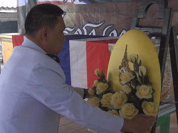 ผวจ.ปัตตานีอัญเชิญพวงมาลาพระราชทานวางหน้าหีบศพทหารพรานเสียชีวิตเหตุไฟใต้