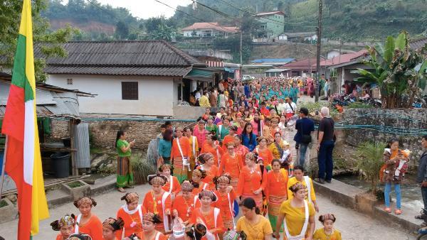 ชาวไทใหญ่ปิดสนามกีฬาบ้านเทอดไทย ฉลองปีใหม่ไตคึกคัก ตั้งขบวนโชว์วิถีชาติพันธุ์งดงาม