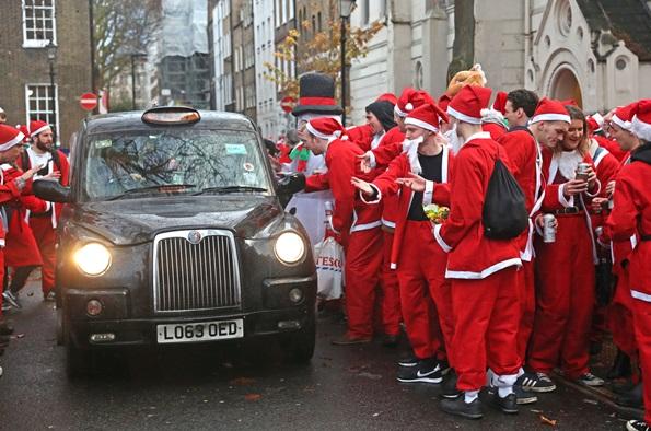 """In Pics: ซานต้าGo Wild! ซานต้านักดื่มผู้ดีรวมตัวงาน """"ซานต้าคอน ลอนดอน 2018 """" สีแดงคลาคล่ำ ก่อนเมาเละกลางจัตุรัสทราฟาลกา"""