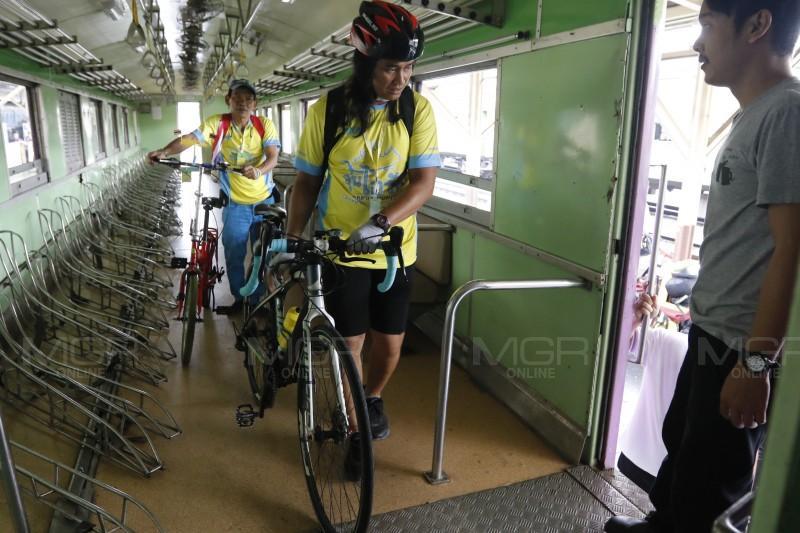 """ประมวลภาพ : ปชช. ใช้บริการรถไฟ-รถไฟฟ้า เดินทางร่วมกิจกรรม """"Bike อุ่นไอรัก"""""""