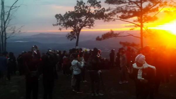 วันหยุดยาวนักท่องเที่ยวกว่า 4,000 คน แห่ขึ้นชมแสงแรกพระอาทิตย์บนภูกระดึง