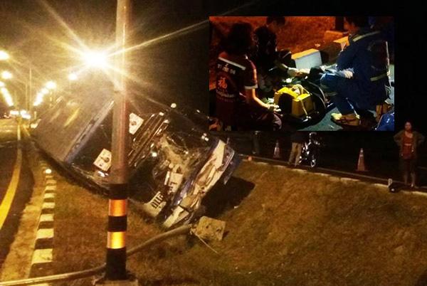 หลับในอีกแล้ว! รถบัสโคราช-อุบลพุ่งชนเสาไฟตกร่องกลางถนนสุรินทร์ พังยับเจ็บ 6 ราย