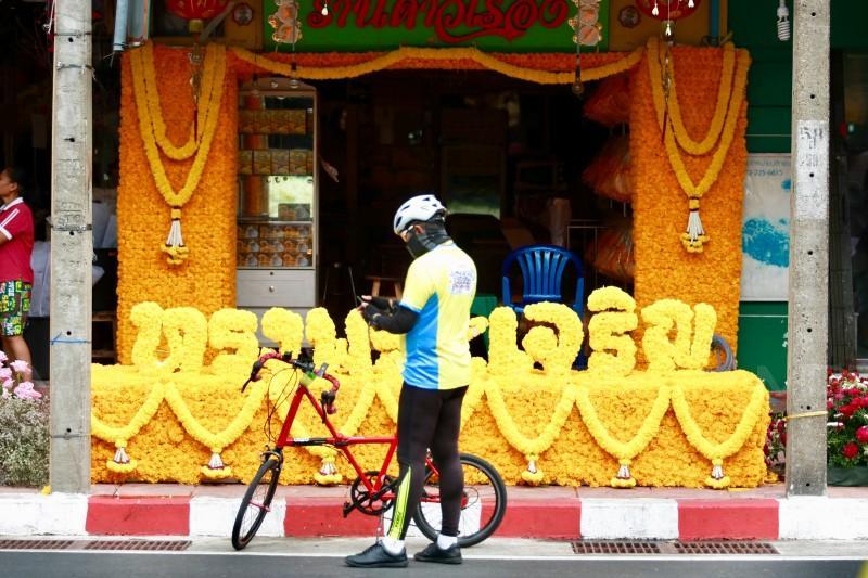 """ประมวลภาพ : พ่อค้า-แม่ค้าปากคลองตลาด จัดดอกไม้สองข้างทางต้อนรับ นักปั่น ด้าน นศ.อาชีวะ บริการซ่อมจักรยานผู้ร่วมกิจกรรม """"Bike อุ่นไอรัก"""""""