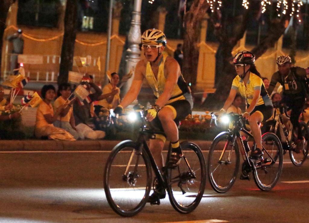 สมเด็จพระเจ้าอยู่หัว ทรงจักรยานนำประชาชนเปิดงาน อุ่นไอรัก ครั้งที่ 2 พสกนิกรปลื้มปีติเฝ้าฯรับเสด็จอย่างใกล้ชิด