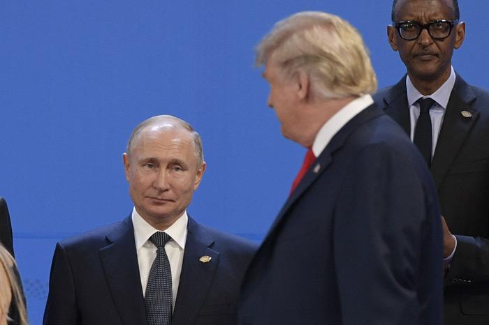 ภาพนายวลาดิเมียร์ ปูติน และโดนัลด์ ทรัมป์ พบกันบนเวทีถ่ายภาพหมู่ผู้นำในการประชุมสุดยอดผู้นำ G20 ณ กรุงบัวโนสไอเรส ประเทศอาร์เจนติน่า เมื่อวันที่ 30 พฤศจิกายน 2561 ที่ผ่านมา (ภาพเอเอฟพี)