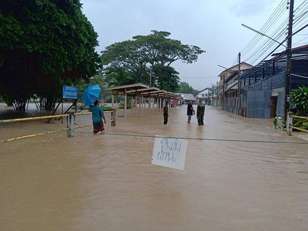 บางสะพานน้อยระทมอีกรอบ!  เกิดฝนตกหนักต่อเนื่อง น้ำป่าไหลทะลักท่วมหลายจุด