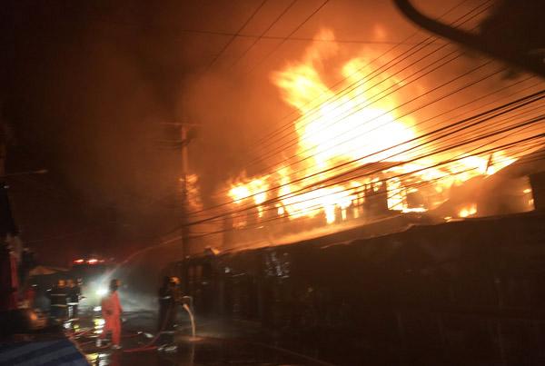 เพลิงไหม้ใหญ่! เผาตลาดสดกลางเมืองศรีสะเกษ วอด 15 คูหา หนีตายโกลาหล