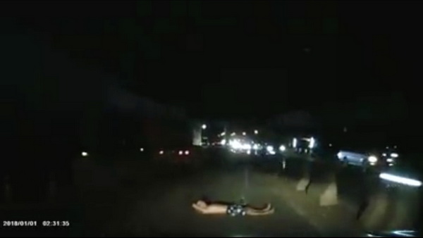 หนุ่มใหญ่ขับรถกลับบ้านพร้อมเมียเจอชายปริศนานอนขวางถนนหวิดทับตาย