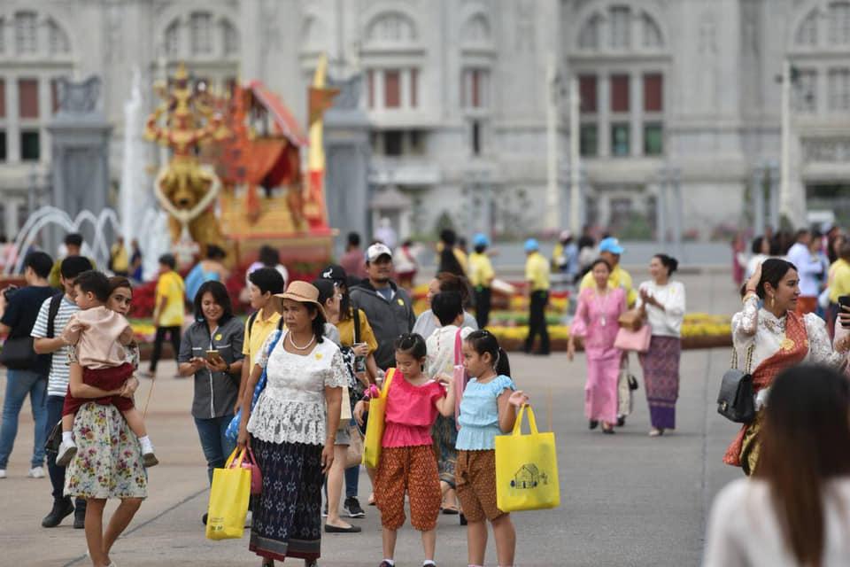"""ยอดคนชมงาน""""อุ่นไอรัก คลายความหนาว"""" 2 วัน กว่า 3.4 หมื่นคน ประชาชนยังแต่งกายด้วยชุดไทยมาชมงานอย่างต่อเนื่อง"""