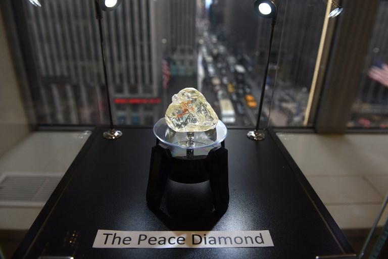 Peace Diamond เพชร 709 กะรัตที่ขุดได้จากหมู่บ้าน Koryardu จังหวัด Kono ของ Sierra Leone ถูกจัดแสดง Rapaport Group ในนิวยอร์ก สหรัฐฯ เมื่อปี 2017 (TIMOTHY A. CLARY / AFP)