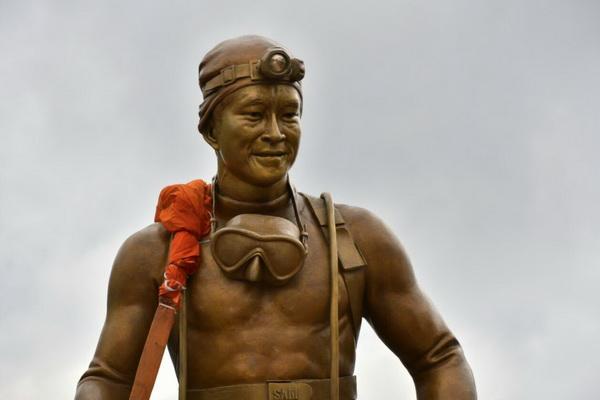 """ถึงแล้ว ! รูปปั้น """"จ่าแซม"""" ถึงเชียงรายคนแห่รับคับคั่ง 13 หมูป่าร่วมขบวนติดตั้งหน้าถ้ำหลวงพรุ่งนี้"""