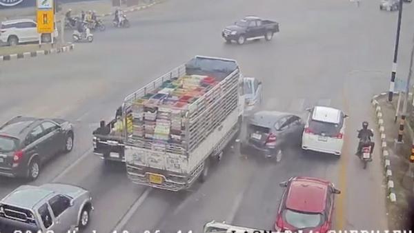 (มีคลิป)ระทึก!รถ6ล้อแบรกแตกพุ่งชนรถยนต์อีก4คันขณะจอดติดไฟแดง