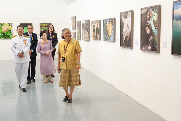 """ชมพระอัจฉริยภาพสมเด็จพระเทพฯ ในงานภาพถ่ายฝีพระหัตถ์ """"สวัสดีปีจอหมา มาคอยท่าปีกุนหมู"""""""