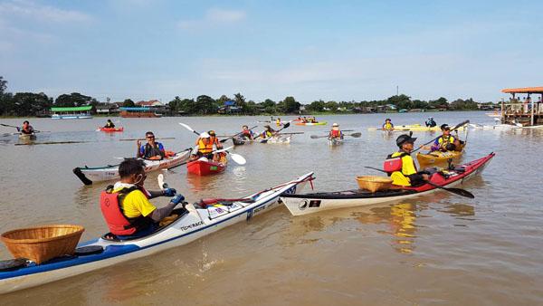 """คณะ  """"พายเรือเพื่อเจ้าพระยา""""  เก็บขยะในแม่น้ำครบ 100 กิโลเมตรแล้วที่ชัยนาท"""