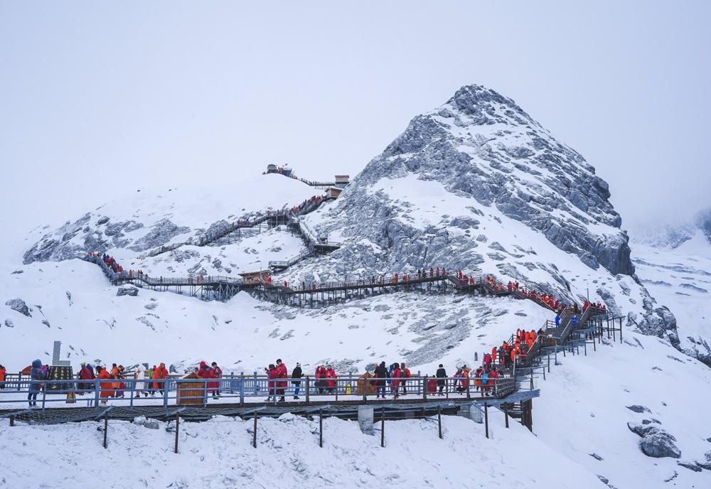 ภูเขาหิมะมังกรหยก สูงจากระดับน้ำทะเล 5,596 เมตร มีหิมะปกคลุมอยู่เกือบตลอดทั้งปี
