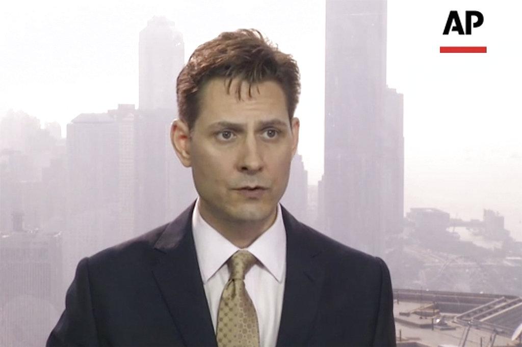 <i>ภาพที่ถ่ายจากวิดีโอเมื่อ 28 มี.ค. 2018 ขณะที่ ไมเคิล โควริก อดีตนักการทูตแคนาดาที่ทำงานให้กลุ่มคลังสมอง อินเตอร์เนชันแนล ไครซิส กรุ๊ป (ไอซีจี) กำลังให้สัมภาษณ์ที่ฮ่องกง ทั้งนี้ โครวิก ก็กำลังถูกทางการจีนควบคุมตัวอยู่เช่นเดียวกัน </i>