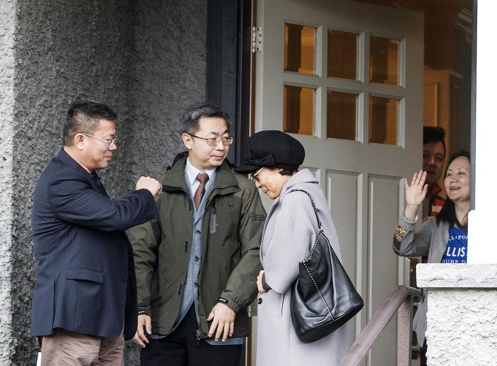 <i>เมิ่ง หว่านโจว ประธานเจ้าหน้าที่ฝ่ายการเงินของบริษัทหัวเว่ย (ขวา) โบกมืออำลาแขกเหรื่อที่มาเยือน ณ บ้านพักของเธอในเมืองแวนคูเวอร์ ประเทศแคนาดา เมื่อวันพุธ (12 ธ.ค.) ภายหลังที่ศาลแคนาดาอนุมัติให้เธอได้ประกันตัว </i>