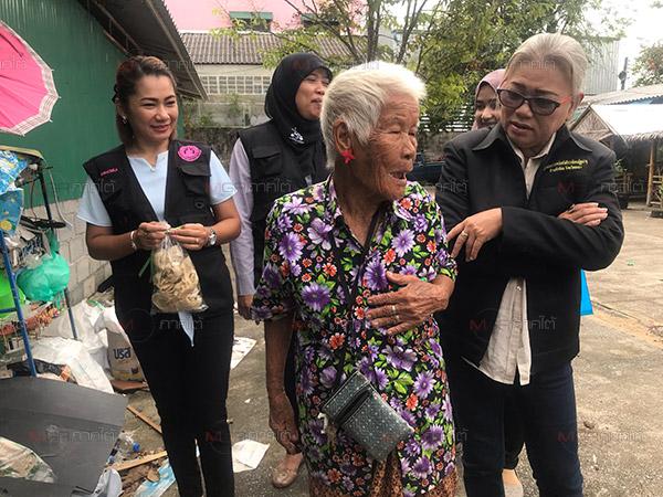 หญิงชราวัย 84 ปีอยู่เพียงลำพังสู้ชีวิตไม่งอมืองอเท้าเดินเก็บของเก่าขาย