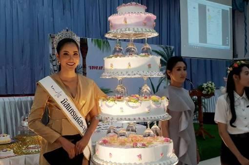 อาชีวะพิษณุโลก ดึงศิษย์เก่าดีกรีมิสแกรนด์โปรโมทเปิดร้านขายเค้ก-คุกคี้รับปีใหม่